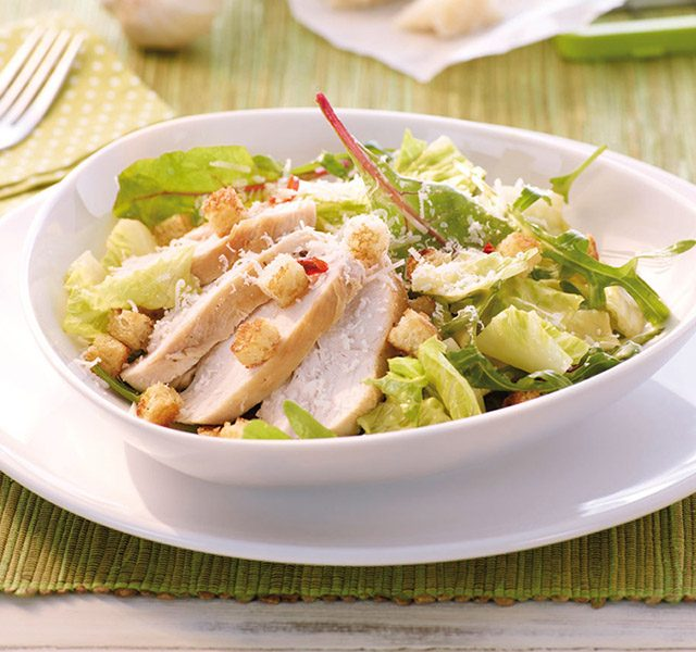 Ceasar Salat mit Hähnchenstreifen