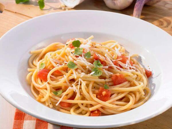 Spaghetti mit frischen Tomaten