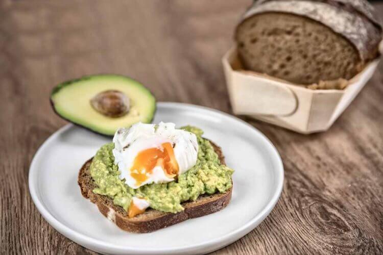 Pochierte Eier auf Avocadobrot
