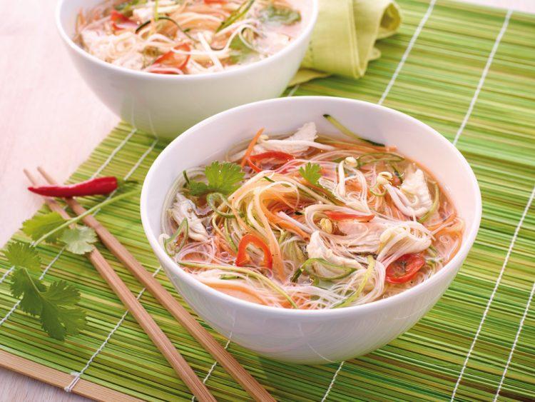 Chicken-Pho-Gemüsenudel Suppe