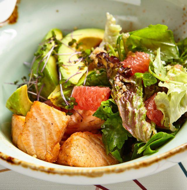 Römersalat mit Honiglachs und Avocado