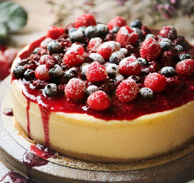 Cheesecake mit Beerensauce
