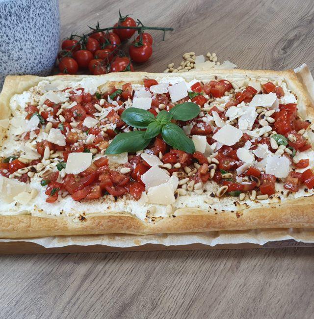 Blätterteig-Tarte mit Ricotta und Tomaten
